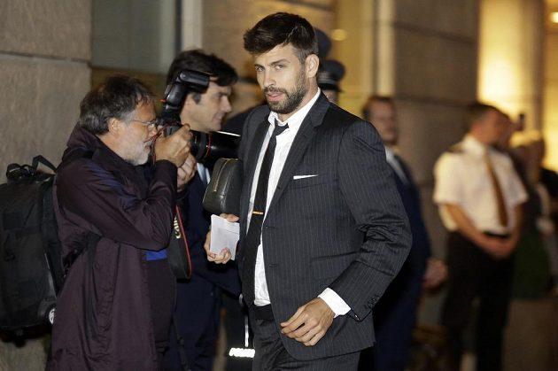Gerard Piqué s barcelonským týmem před nedávnem v Praze, kde hrál proti Slavii.
