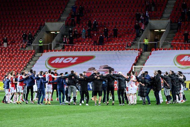 Fotbalisté Slavie Praha během oslavy zisku mistrovského titulu.