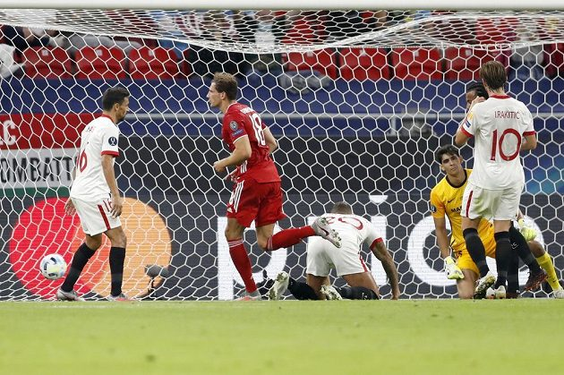 Obrana Sevilly na kolenou, Leon Goretzka z Bayernu oslavuje svůj vyrovnávací gól.