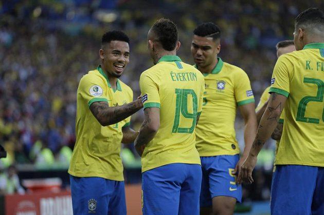 Everton (19) přijímá gratulace po prvním gólu proti Peru, vlevo Gabriel Jesus.