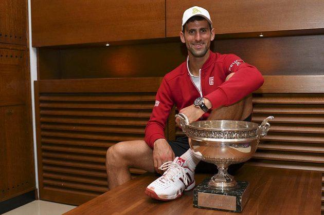 Srbský tenista Novak Djokovič s pohárem pro vítěze French Open.
