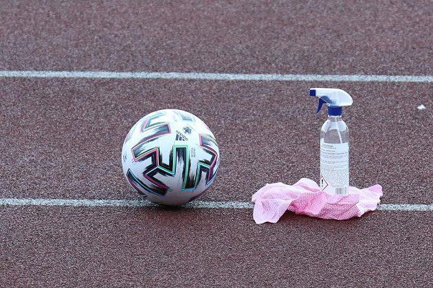 Fotbalový míč a dezinfekce.