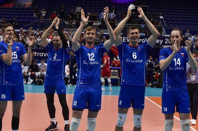 Čeští volejbalisté se radují z vítězství, zleva Josef Polák, Jan Hadrava, Martin Licek, Michal Finger a Adam Bartoš.