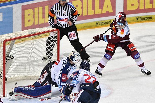 Jaroslav Hlinka ze Sparty střílí gól. Zleva jsou vítkovický brankář Patrik Bartošák a jeho spoluhráč Karol Sloboda.