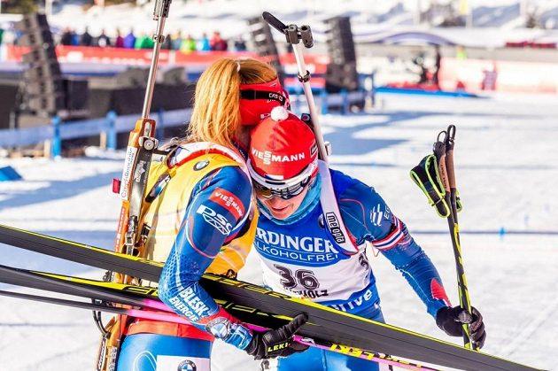 České biatlonistky Gabriela Soukalová (vlevo) a Veronika Vítková v cíli sprintu v Anterselvě.
