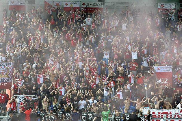 Hráči Slavie s fanoušky oslavují zisk ligového titulu.