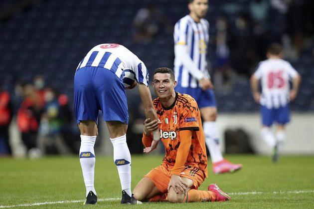 Pepé z Porta zvedá hráče Juventusu Cristiana Ronalda v osmifinále Ligy mistrů.