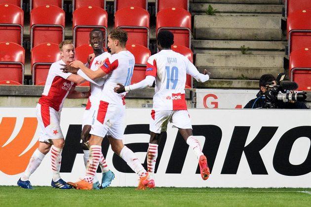 Abdallah Sima ze Slavie Praha (druhý zleva) oslavuje se spoluhráči gól na 2:1 během