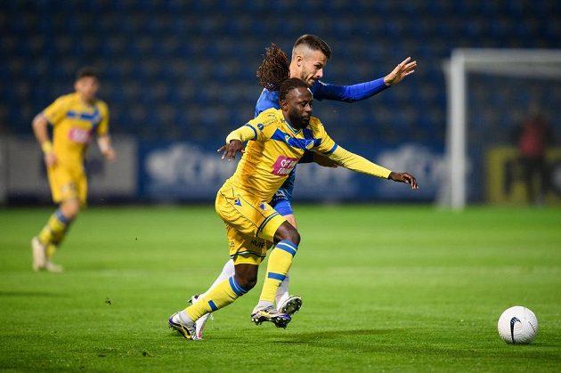 Dieumerci Ndongala z Apoelu a Jakub Hromada ze Slovanu Liberec během utkání 4. předkola Evropské ligy.