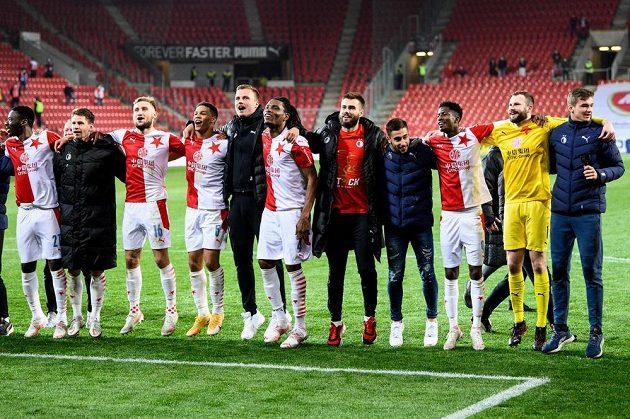 Fotbalisté Slavie během oslavy zisku mistrovského titulu po utkání s Plzní.
