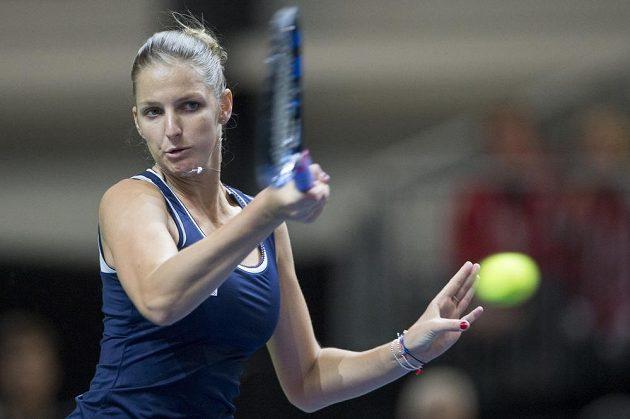 Karolína Plíšková při fedcupovém utkání se Švýcarkou Viktorijou Golubicovou.