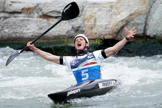Mistrovství Evropy ve vodním slalomu přineslo českým barvám další zlatou radost. Na snímku je kajakář Vít Přindiš radující se v cíli ze zisku titulu mistra Evropy.