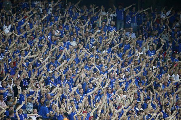 Islandští fanoušci povzbuzují svůj tým v zápase s Anglií.