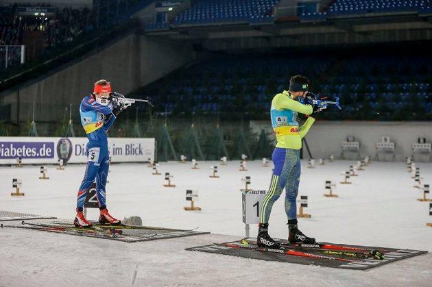 Ondřej Moravec (vlevo) a Martin Fourcade na střelnici.