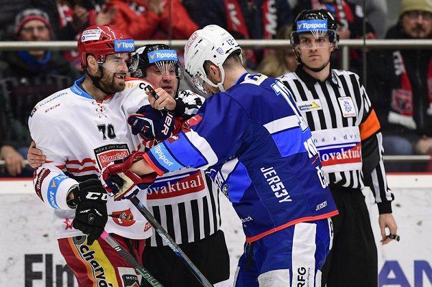 Radek Smoleňák z Hradce Králové a Leoš Čermák z Brna v akci během čtvrtfinále hokejové extraligy.