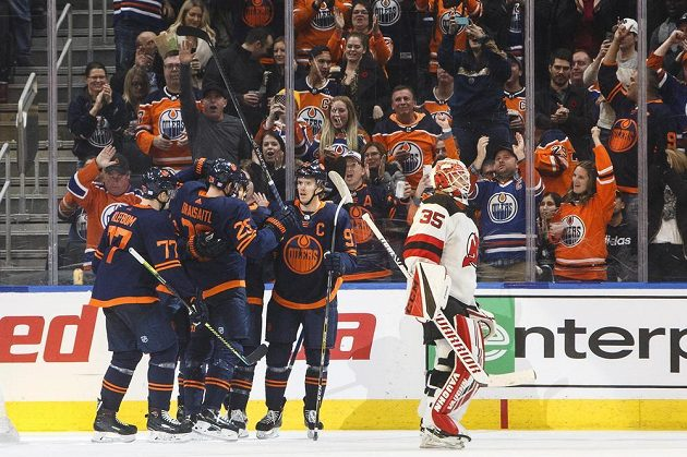 Radost hráčů Edmontonu po vstřelené brance do sítě Jersey.