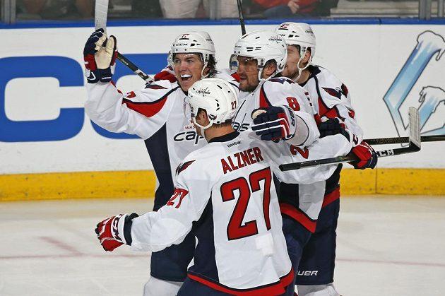 Ruský křídelník Washingtonu Alexandr Ovečkin (č. 8) se raduje se spoluhráči z vítězné trefy v souboji s Floridou.