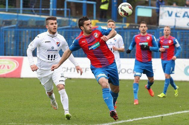Fotbalista Baníku Martin Foltýn sleduje plzeňského Aidina Mahmutoviče.