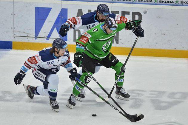 Mladoboleslavský hokejista Mário Lunter se snaží prosadit před dvojici vítkovických soupeřů - Alexandre Malleta a Rostislava Marosze.