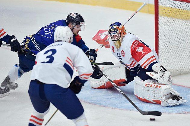 Liberecký útočník Martin Bakoš (vlevo) se snaží překnat Viktora Andréna v brance Växjö. S číslem 3 přihlíží obránce Oliver Bohm.