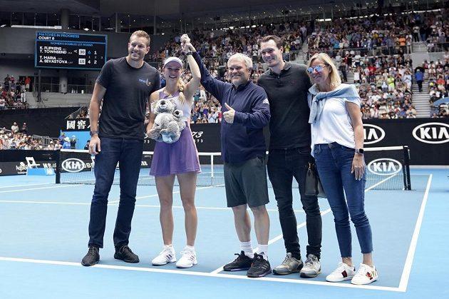 S Caroline Wozniackou jsou na kurtu zprava manžel David Lee, trenér a otec v jedné osobě Piotr Wozniacki, matka Anna a bratr Patrik