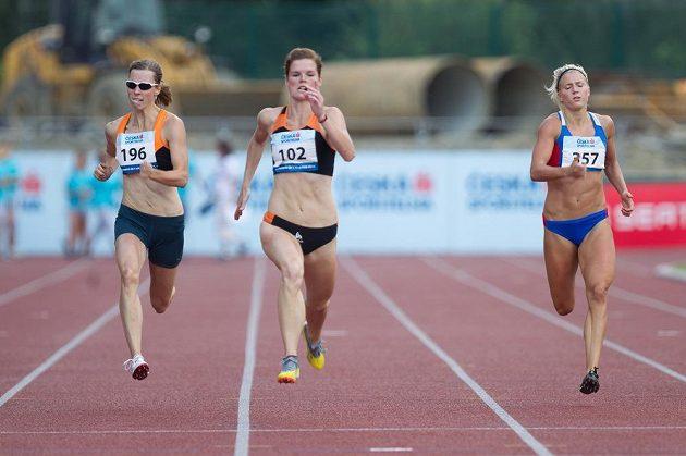 Vítězka běhu na 200 metrů Martina Schmidová, vlevo druhá Martina Štychová, vpravo třetí Jana Slaninová.