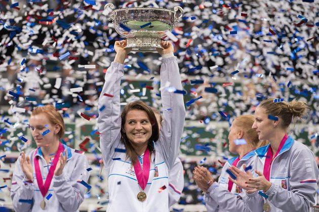 Lucie Šafářová s trofejí pro vítěze Fed Cupu 2015.