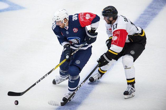 Plzeňský útočník Jakub Lev (vlevo) a Erik Salsten ze Stavangeru během utkání hokejové Ligy mistrů.