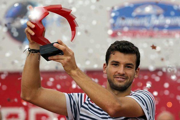 Grigor Dimitrov s trofejí pro vítěze turnaje v Bukurešti.