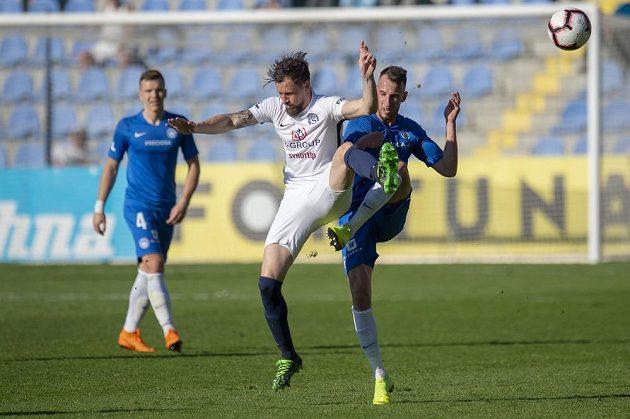 Matěj Hybš z Liberce a Jaroslav Diviš ze Slovácka během utkání první fotbalové ligy.