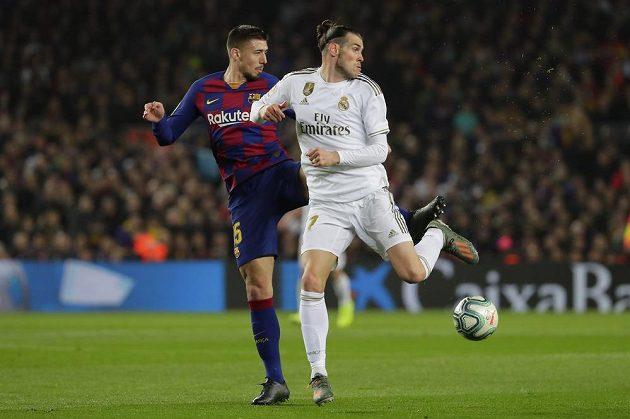 Gareth Bale z Realu Madrid (vpravo) a barcelonský Clement Lenglet během dohrávky