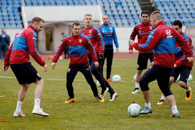 Záložník Vladimír Darida (drhý zleva) během tréninku české fotbalové reprezentace v Praze.