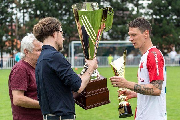 Kapitán Slavie Jiří Bílek příbíra trofej za vítězství v turnaji o Ministerský pohár.