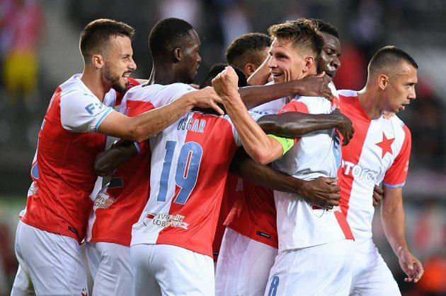 Fotbalisté Slavie se radují z vyrovnávací branky