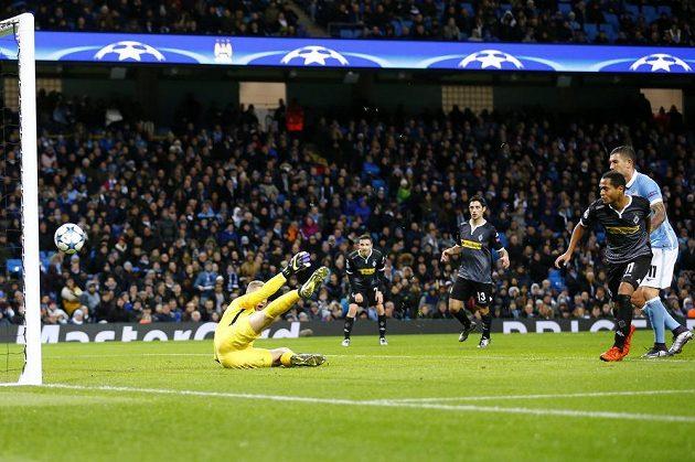 Raffael z Borussie Mönchengladbach (druhý zprava) překonává gólmana Manchesteru City Joa Harta.