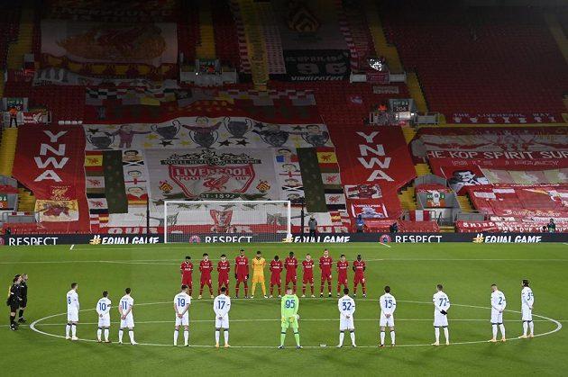 Minuta ticha za zesnulého Diega Maradonu před utkáním Ligy mistrů mezi Liverpoolem a Bergamem.