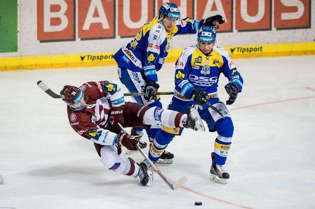 Útočník Sparty Jan Buchtele (vlevo) a hokejisté Zlína Robert Říčka (uprostřed) a Dalibor Řezníček během dohrávky 41. kola Tipsport extraligy.