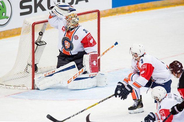 Brankář Växjö Joacim Eriksson inkasuje v odvetě semifinále Ligy mistrů úvodní gól z hole Lukáše Klimka ze Sparty.