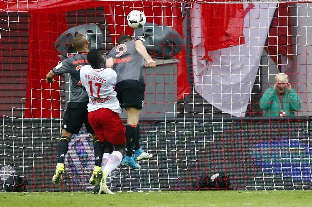 Robert Lewandowski z Bayernu Mnichov střílí hlavou třetí gól, čímž započal obrat ve skóre.