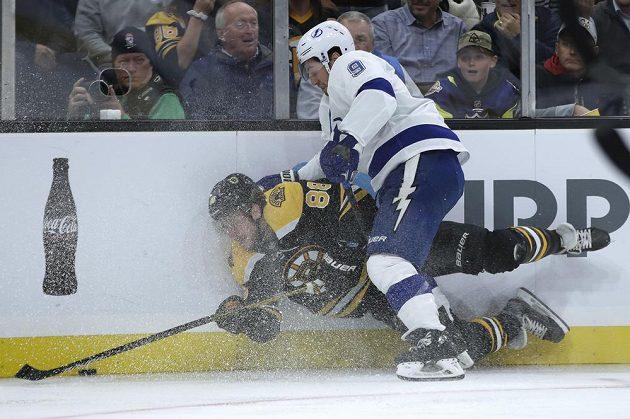 Český hokejový útočník David Pastrňák dostal od Tampy Bay v soubojích hodně naloženo. Hvězda Bostonu i tak stačila dát dvě branky a na další gól přihrála.