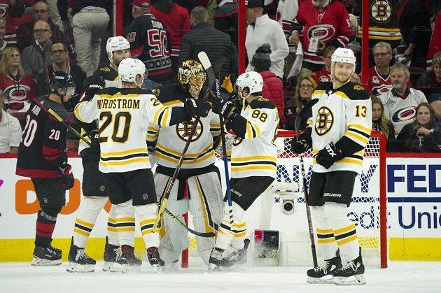 Radost v podání hokejistů Bostonu po vítězství v play off NHL na ledě Caroliny.