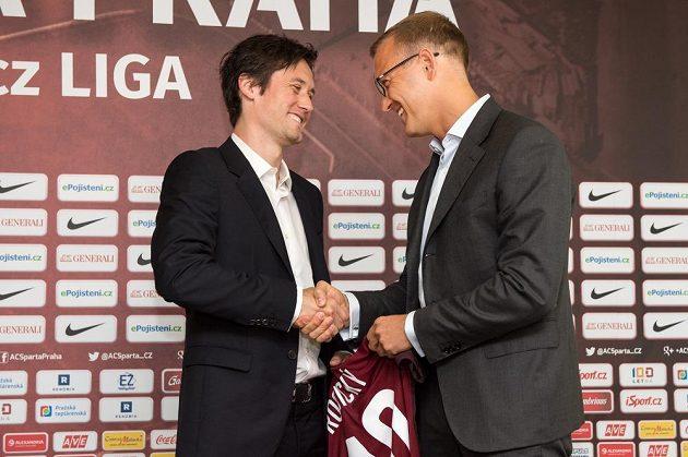 Nová posila Sparty Praha záložník Tomáš Rosický a majitel kubu Daniel Křetínský během jeho představení na tiskové konferenci.