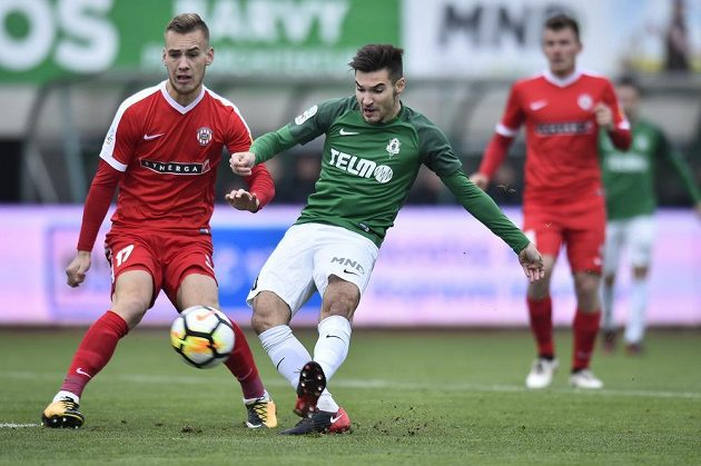 Miloš Kratochvíl ze Zbrojovky Brno sleduje, jak Michal Trávník z Jablonce odehrává míč v utkání 13. kola HET ligy.