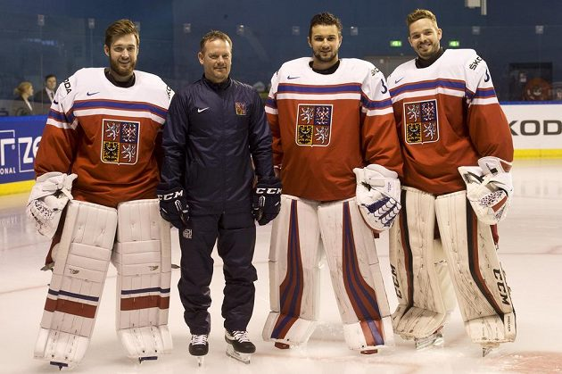 Brankáři (zleva) Pavel Francouz, Petr Mrázek a Dominik Furch s trenérem Petrem Jarošem.