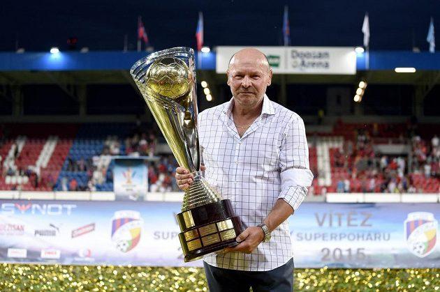 Trenér Plzně Miroslav Koubek s trofejí za vítězství v Superpoháru nad Libercem.