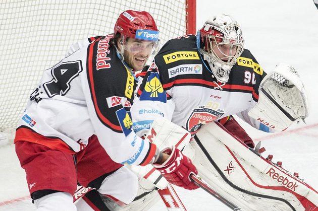 (Zleva) Brian Ihnacak a brankář Ondřej Kacetl (oba z Hradce Králové).