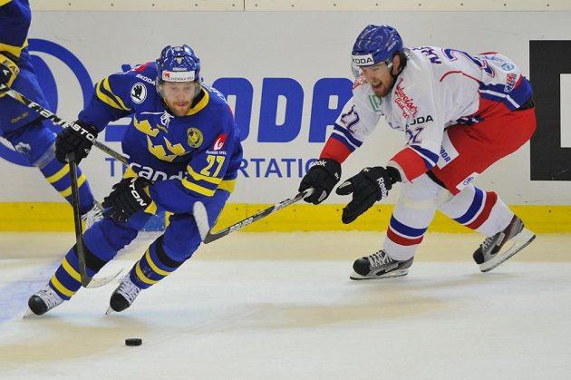 Švédský útočník Linus Omark (vlevo) drží puk před českým forvardem Lukášem Kašparem.