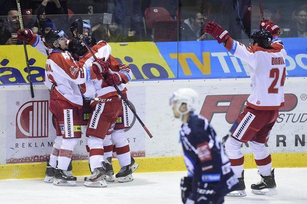 Hráči Olomouce se radují z prvního gólu. Vpravo je Vilém Burian z Olomouce, který si připsal asitenci.