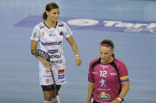 Vlevo Cecilia Habib Westová z Pixbo se raduje z gólu, vpravo je Ellen Tillmanová z Malmö.
