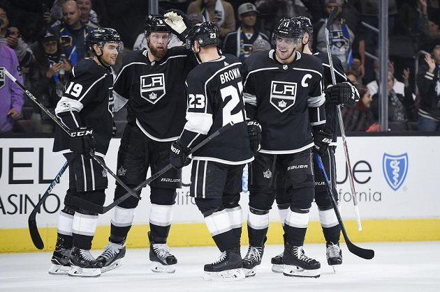 Hokejisté Los Angeles Kings slaví trefu útočníka Kopitara v duelu s Calgary.